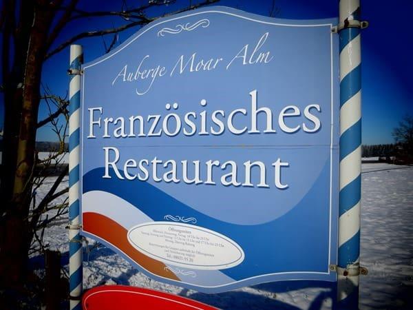 01_Schild-Franzoesisches-Restaurant-Auberge-Moar-Alm-Sachsenkam