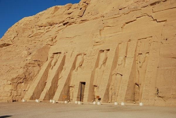 02_Morgens-allein-in-Abu-Simbel-Hathor-Tempel-Aegypten-Nilkreuzfahrt