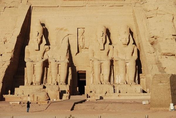 13_Tourist-in-Abu-Simbel-Hathor-Tempel-Aegypten-Nilkreuzfahrt