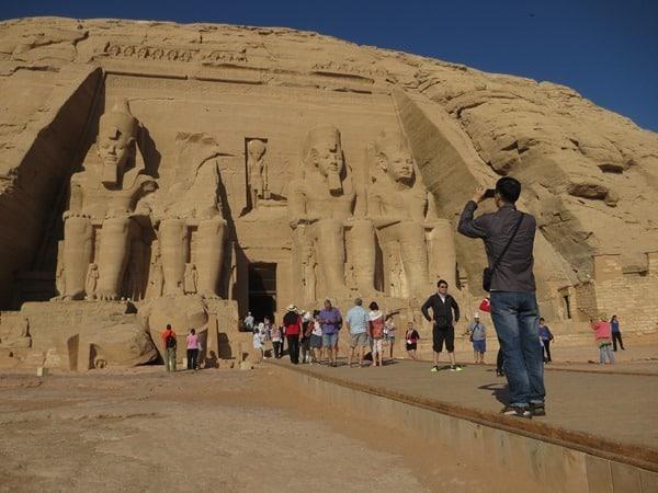 15_Touristen-in-Abu-Simbel-Hathor-Tempel-Aegypten-Nilkreuzfahrt