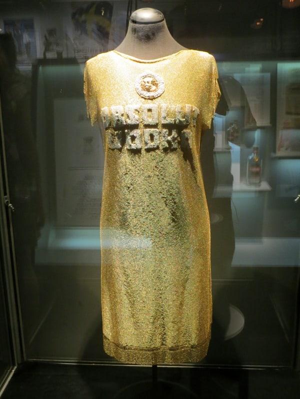 16_Kunst-Spritmuseum-VODKA-ABSOLUT-Goldkleid