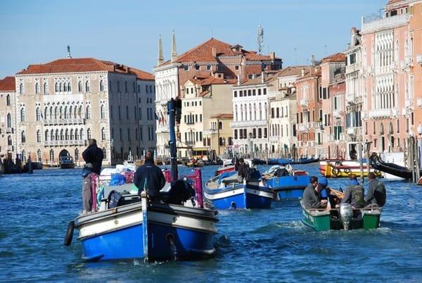 02_morgendlicher-Berufsverkehr-im-Canal-Grande-Venedig-Italien