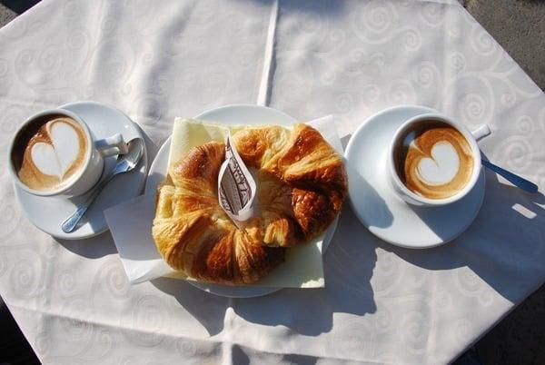 05_Cappuccino-Cornetto-Fruehstueck-in-Venedig-Italien