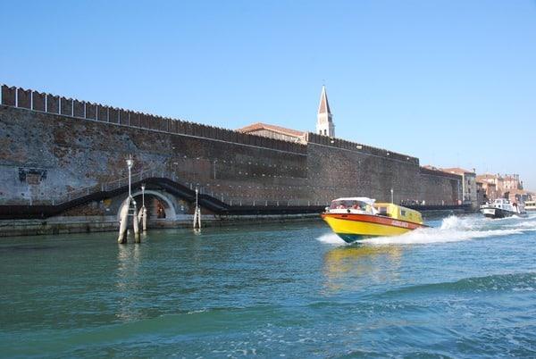 05_Krankenwagen-in-Venedig-Italien