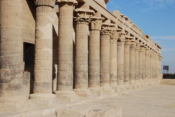 05_Westlicher-Saeulengang-im-Tempel-von-Philae-Assuan-Aegypten-Nilkreuzfahrt