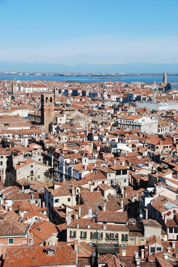 09_Blick-vom-Markusturm-ueber-Venedig-Italien-mit-Alpen