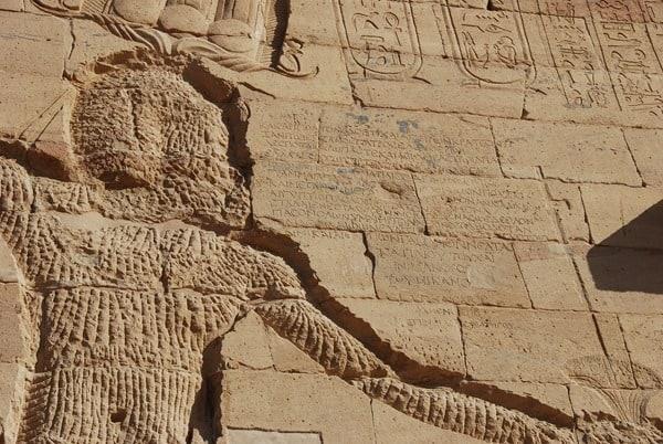 09_Griechische-Inschrift-Pylon-Tempel-von-Philae-Assuan-Aegypten-Nilkreuzfahrt
