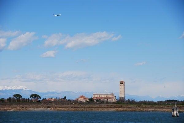 11_Blick-von-Burano-nach-Torcello-mit-Alpen-Venedig-Italien