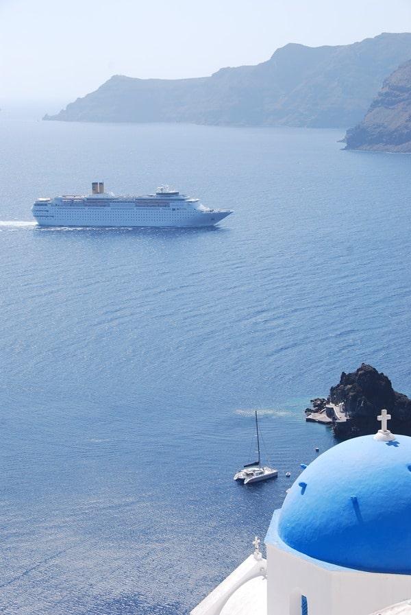 11_Kreuzfahrtschiff-Costa-neoRomantica-vor-Oia-Ia-Santorin-Griechenland-Kykladen