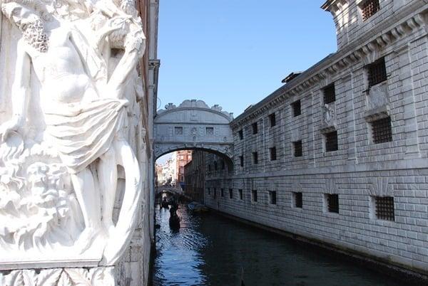14_SeufzerbrueckeDogenpalast--Markusplatz-Venedig-Italien