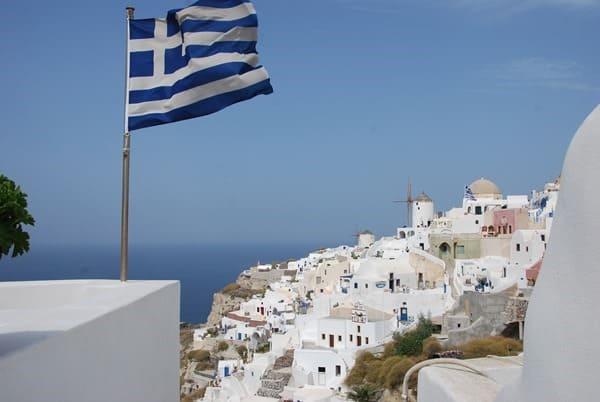 18_Ia-Oia-Santorin-Griechenland-Kykladen-Mittelmeer-griechische-Flagge-Windmuehle