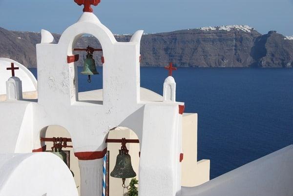 19_Kirche-Ia-Oia-Santorin-Griechenland-Kykladen-Mittelmeer-Blick-nach-Fira-Thira