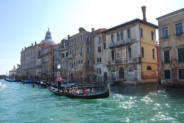 19_Postkartenmotiv-Gondoliere-im-Canal-Grande-Venedig-Italien