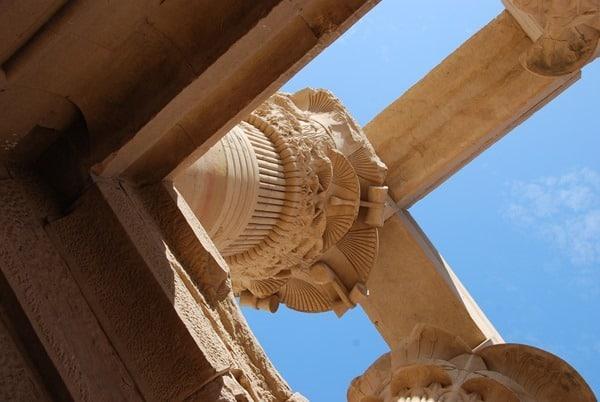 21_im-Trajan-Kiosk-des-Augustus-Philae-Tempel-Assuan-Aegypten-Nilkreuzfahrt