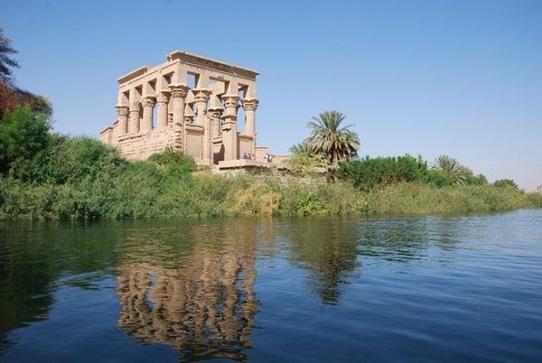 23_Trajan-Kiosk-des-Augustus-Spiegelung-Nil-Philae-Tempel-Assuan-Aegypten-Nilkreuzfahrt