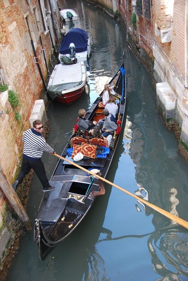 24_Gondoliere-in-Venedig-Italien