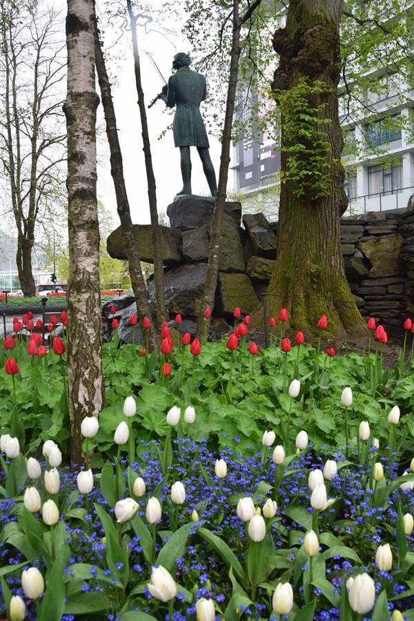 07_Bergen-Norwegen-Statue-Blumen