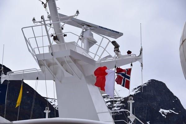 04_MSC-Sinfonia-Norwegische-Flagge-am-Mast-Geirangerfjord-Norwegen