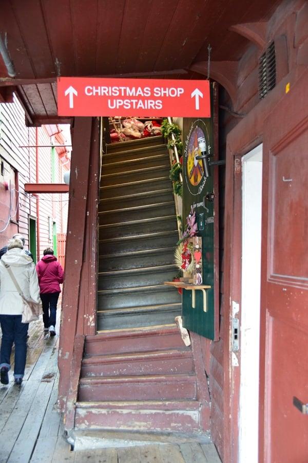 16_Christmas-Shop-Treppen-Bryggen-Bergen-Norwegen