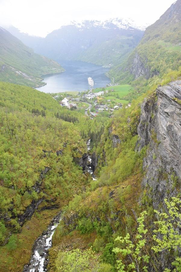 27_MSC-Sinfonia-auf-Reede-im-Geirangerfjord-Norwegen