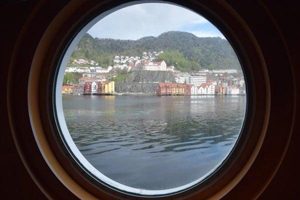 28_Auslaufen-Bergen-Norwegen-Bullauge-MSC-Sinfonia