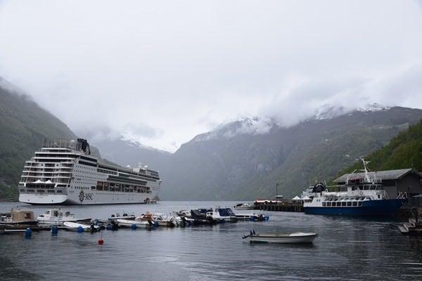 35_MSC-Sinfonia-auf-Reede-im-Geirangerfjord-Norwegen
