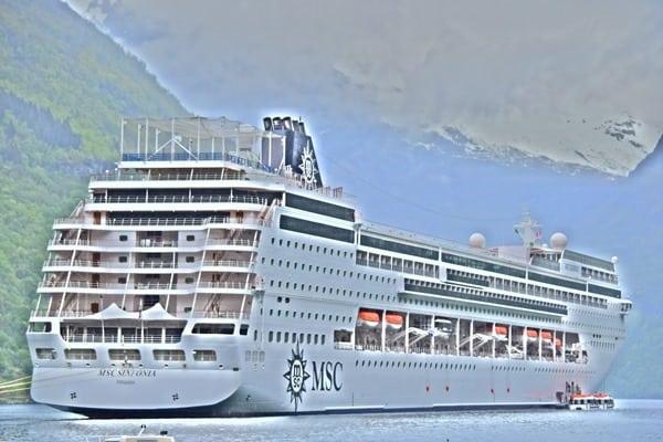 36_HDR-Gemaelde-MSC-Sinfonia-auf-Reede-im-Geirangerfjord-Norwegen