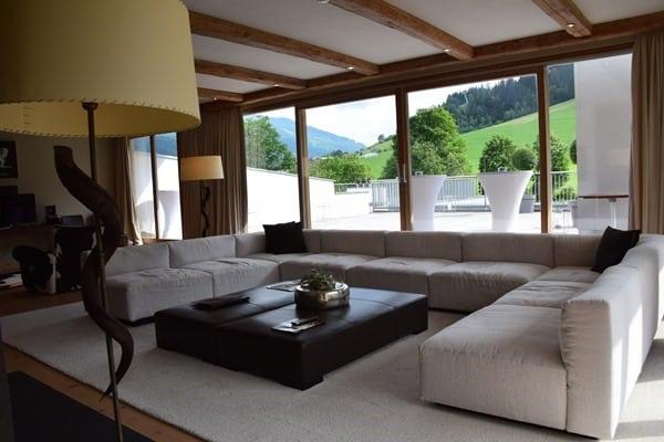 01_Wohnzimmer-Penthouse-Suite-Kempinski-Hotel-Das-Tirol-Kitzbuehel