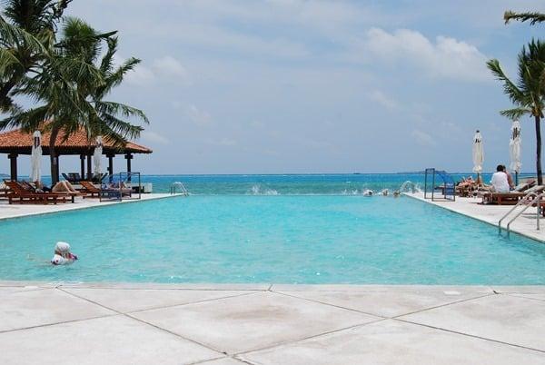 03_Malediven-Urlaub-Infinity-Pool