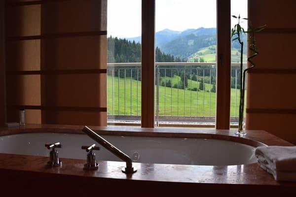 07_Badewanne-mit-Panorama-Penthouse-Suite-Kempinski-Hotel-Das-Tirol-Kitzbuehel