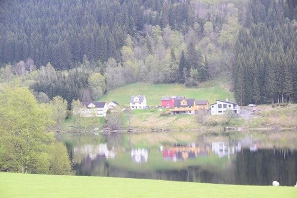 08_Haeuser-am-Lonavatnet-Naturreservat-Norwegen