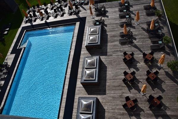 14_Blick-auf-den-Hotelpool-aus-Penthouse-Suite-Kempinski-Hotel-Das-Tirol-Kitzbuehel
