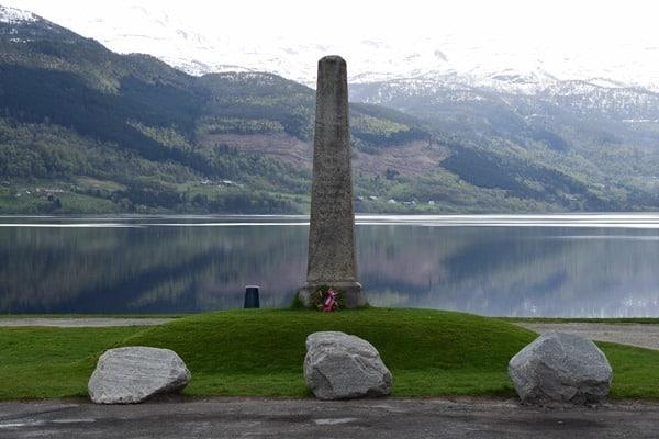 17_Mahnmal-am-Vangsvatnet-See-in-Voss-Vossevangen-Norwegen