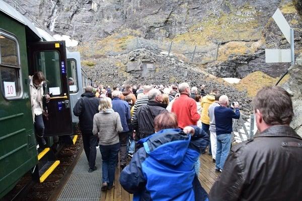 24_Haltestelle-Kjosfossen-Wasserfall-Flamsbana-Flambahn-Norwegen