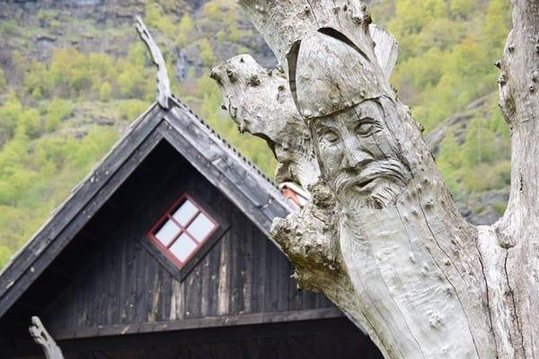 33_Schnitzerei-im-Dorf-Flam-Norwegen
