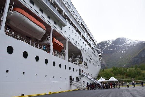 35_MSC-Sinfonia-im-Hafen-von-Flam-Norwegen