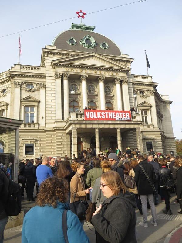 09_Warteschlange-am-Volkstheater-Wien-Oesterreich