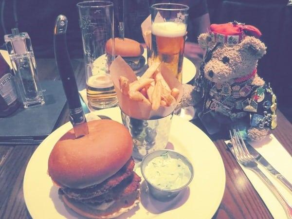 25_Local-Burger-Wiener-Schnitzel-Hard-Rock-Cafe-Wien-Oesterreich
