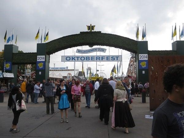 01_Willkommen-zum-Oktoberfest-Muenchen-Eingang