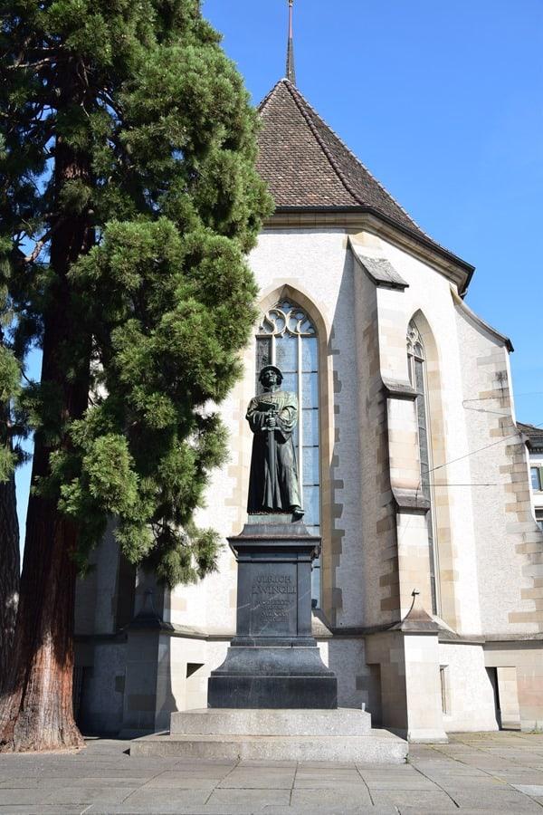 06_Statue-Ulrich-Zwingli-Helmhaus-Zuerich-Schweiz