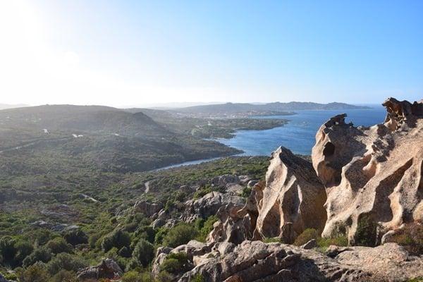 06_Blick-vom-Baerenfelsen-am-Capo-d'Orso-auf-Palau-Sardinien-Italien