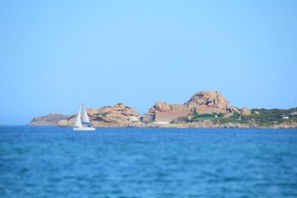 07_Ausblick-Meer-Seegelboot-Strand-Tanca-Manna-Sardinien-Italien