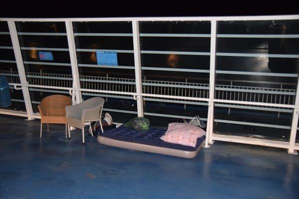 11_Nachtlager-auf-Oberdeck-Faehre-Moby-Aki-Livorno-Olbia-Sardinien-Italien