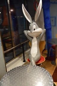 17_Bugs-Bunny-in-Pizzeria-auf-Faehre-Moby-Aki