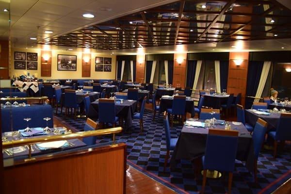 20_A-la-Carte-Restaurant-auf-Faehre-Moby-Aki