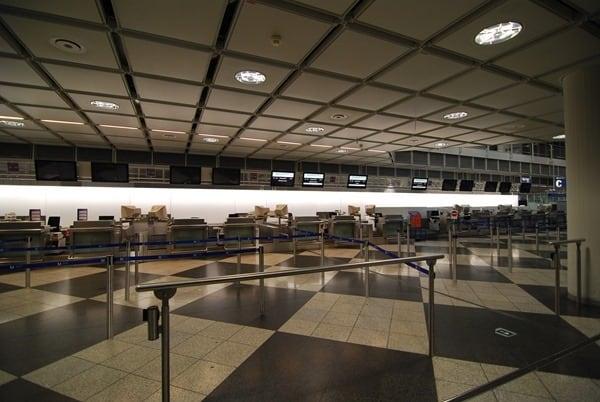 leerer-Check-in-Schalter-Flughafen-Muenchen