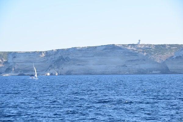 02_weisse-Klippen-Korsika-Segelschiff-Leuchtturm