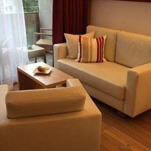 05_Sofa-Zimmer-Hotel-Sonne-Lifestyle-Resort-Mellau-Bregenzerwald-Vorarlberg-Oesterreich