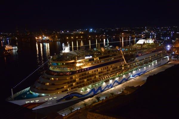 06_AIDAbella-nachts-Hafen-Valletta-Malta