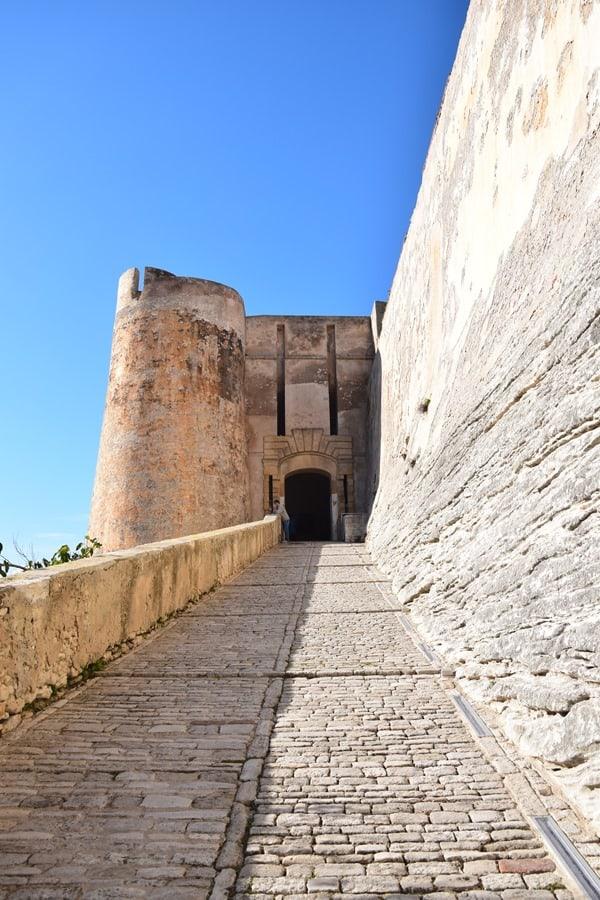 07_Weg-in-die-Festung-Porte-de-Genes-Bonifacio-Korsika-Frankreich